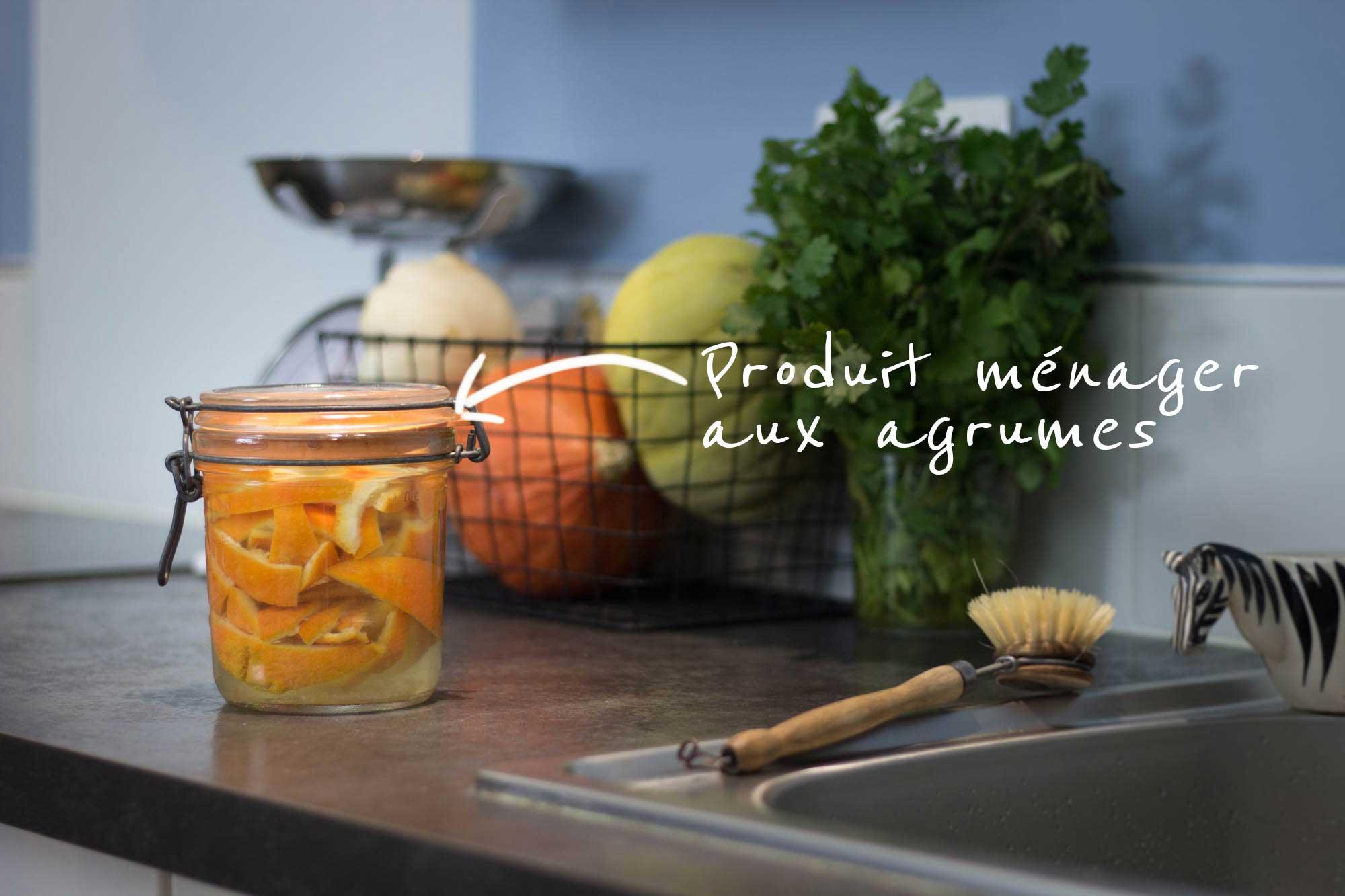 Le produit ménager aux agrumes (avec des écorces d'orange)
